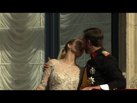 Luxembourg royals kiss on palace balcony after wedding