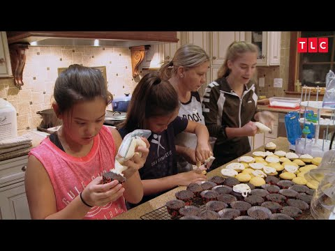 See How Chaotic Cupcake Decorating In The Gosselin House Can Be | Kate Plus 8