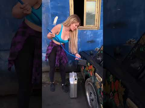 Девушка учит сливать БЕНЗИН #shorts #настятуман