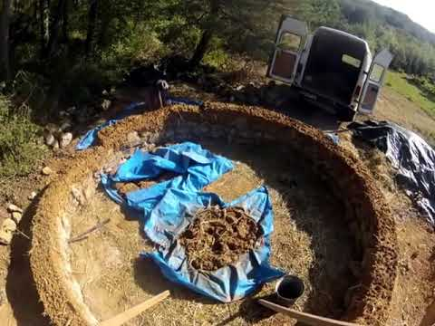 A time-lapse cobbing a medieval roundhouse construction with CruzinCobGlobal