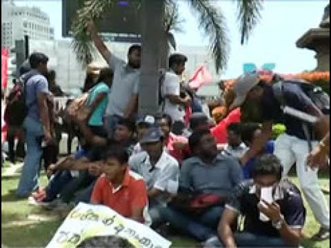 Uni students stage Satyagraha over attempted arrest of Rayan Jayalath
