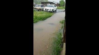 В Верхней Салде дождь затопил подъезд. Видео 2/3