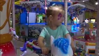 Катя  катается на карусели Лошадки Детские аттракционы Развлечения для детей