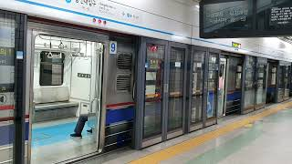 서울지하철 4호선 총신대입구(이수)역 막차시간대의 전동…