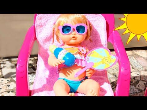 La Bebé Nenuco Daniela se baña en la Piscina | Fiesta de Cumpleaños de la Bebé con Regalo Sorpresa