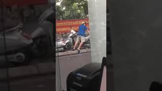 Tin tức 24h - Quá khó hiểu với hành động kỳ quặc này giữa phố