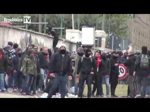 napoli scontri sblocca italia   polizia carica manifestanti   brawl police fight