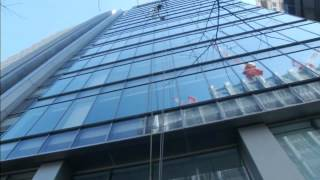 Window cleaners in costumes entertain locals in Tokyo Thumbnail