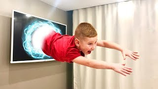 Лев Попал в Телевизор!!! Не знает как Выбраться Видео для детей