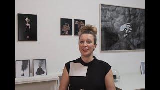 Medienkünstlerin Sissa Micheli in Fenster Nr. 15 am Kunstadventkalender an der Liebburg