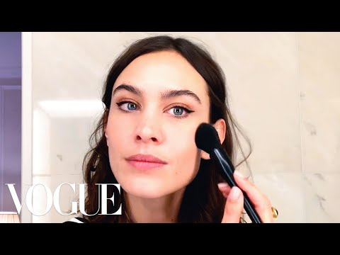 Cover Lagu Alexa Chung's Genius Trick for the Perfect Cat-Eye | Beauty Secrets | Vogue stafamp3