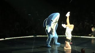 katy perry witness the tour amsterdam left shark