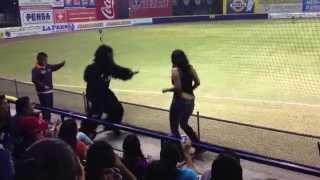 Monkey bailando con aficionada en Estadio de los Acereros de Monclova