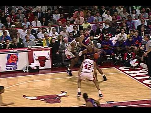 Charles Barkley (32pts/12rebs/10asts) vs Bulls (1993 Finals)