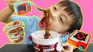 뽀로로 짜장면 보람튜브에서 보람이가 먹었던  짜장 라면 몰래 끓여먹었어요.! Pororo Noodle - 마슈토이 Mashu ToysReview