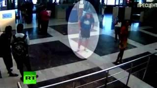 Видео: Террорист-смертник в аэропорту в Болгарии(Болгарская полиция обнародовала запись камеры идеонаблюдения, на которой запечетлен предполагаемый терро..., 2012-07-19T12:58:11.000Z)
