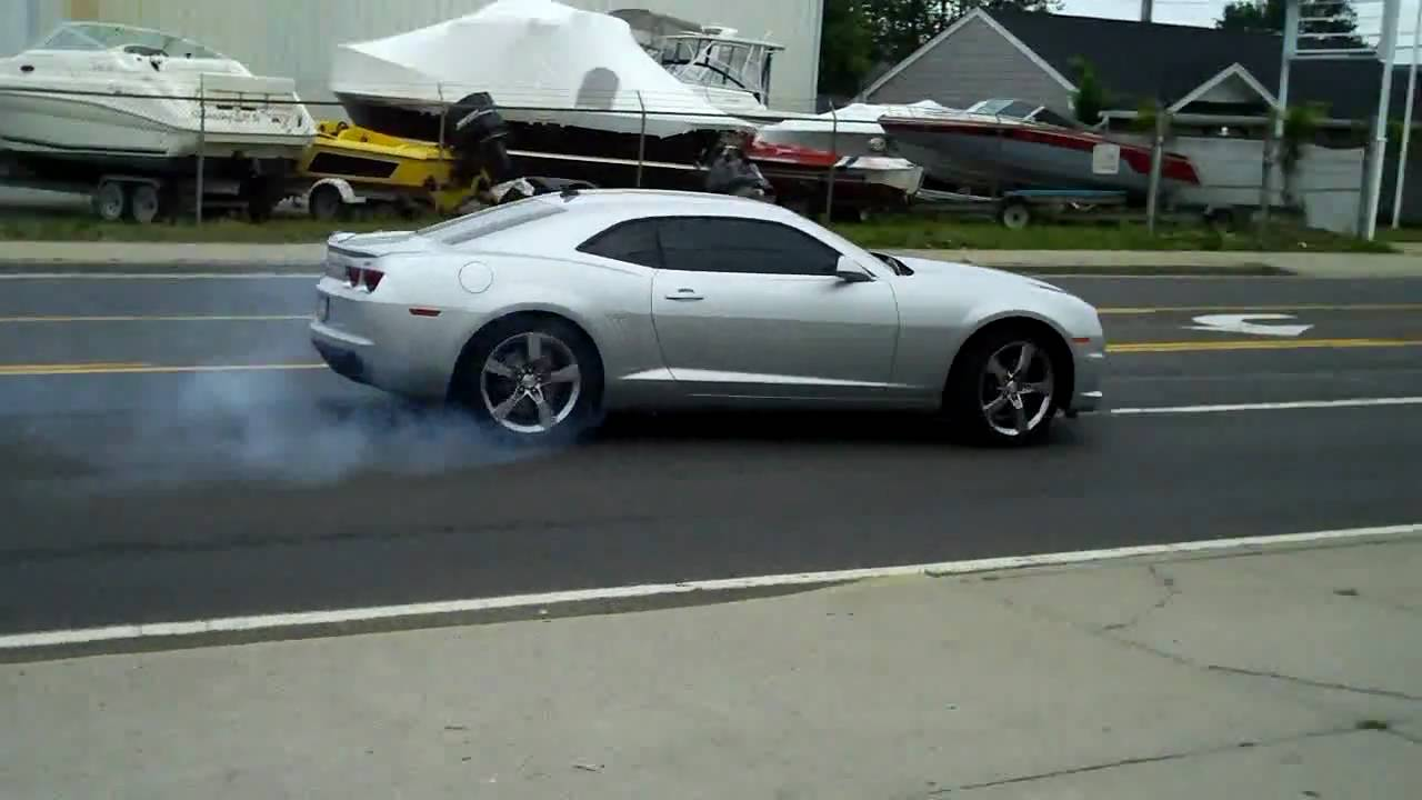 2010 chevy camaro ss doing a little tire spinning youtube. Black Bedroom Furniture Sets. Home Design Ideas