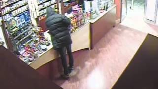 Le immagini della rapina registrate dalle telecamere della tabaccheria di