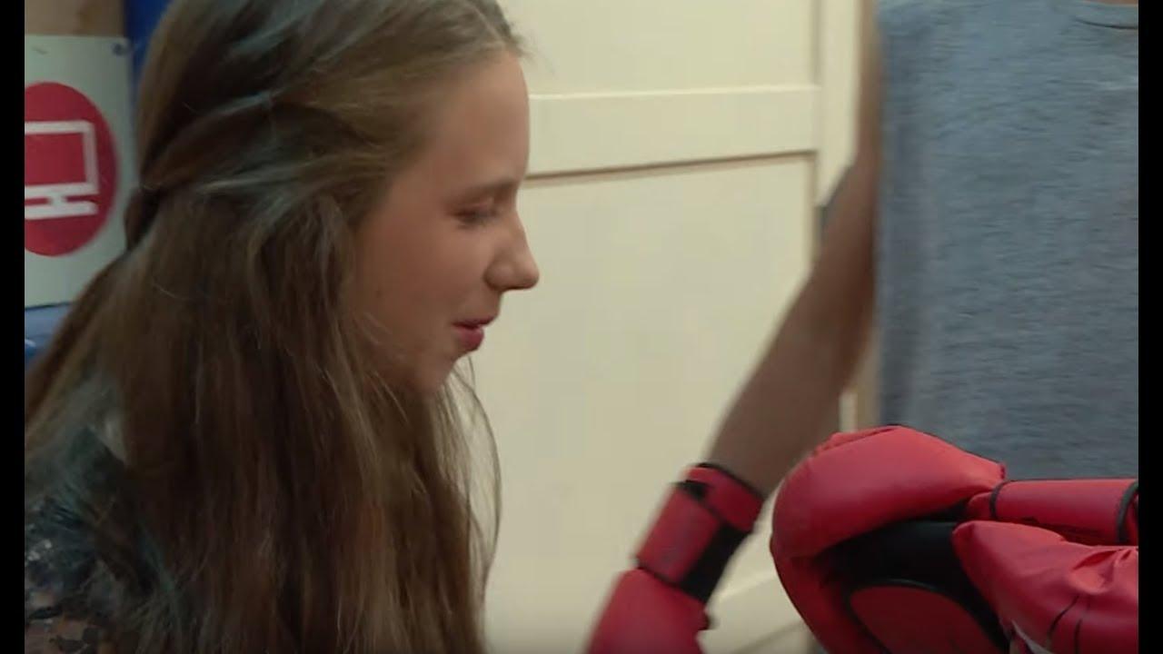 Zazdrosna dziewczyna zniszczyła innej uczennicy rękawice bokserskie [Szkoła odc. 598]
