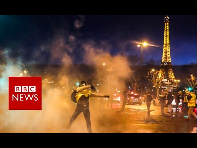 Police officer draws gun at Paris protest - BBC News