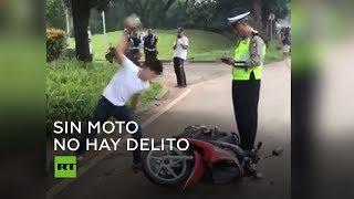 ¡Si hay multa, pues no habrá moto! Violenta reacción de un motorista indonesio al ser multado