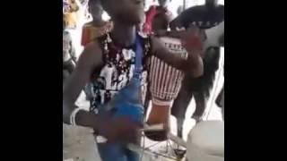 incroyable talant de cet enfant sénégalais . regarder