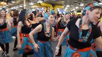 Un concert surprise (flashmob) en plein milieu des arrivées bagages à Genève Aéroport