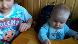 Таня Ермолаева кормит Олега