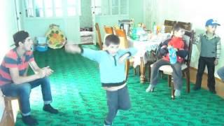 ребенок инвалид.у которого  одна нога короче другой на 10 см.танцует лезгинку.