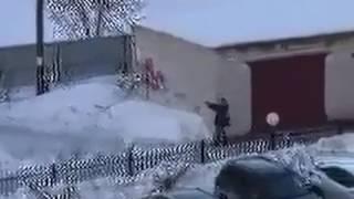 Житель Кургана зафиксировал мужчину с пистолетом у себя во дворе