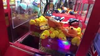 一人30元的夾娃娃機挑戰 最後夾到娃娃是yummy爸爸啦 這次還帶走了三隻螃蟹娃娃玩偶 Sunny Yummy running toys 跟玩具開箱