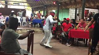 Baile columbia con ojos vendados y machetes