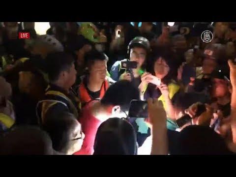 """【818香港集會直播回放片段】港民抓到一個可疑人物被團團包圍 據說是上海人 現場高喊""""打倒共產黨"""""""
