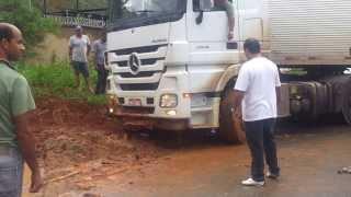 Zapętlaj Teófilo Otoni - MG - Caminhão atolado em área urbana | José Salvador Gabriel