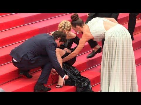 AFP: Cannes: Efira rattache ses chaussures, assise sur les marches