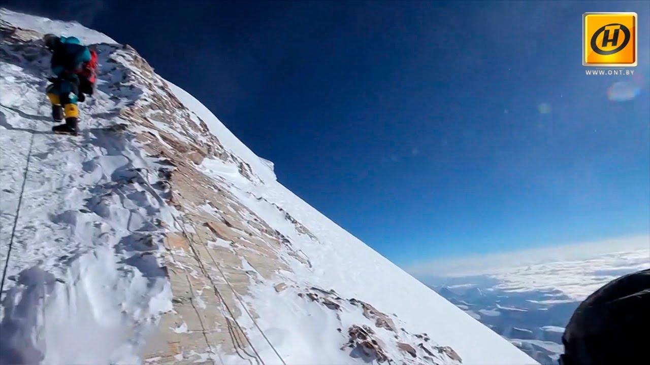 Cотни туристов пытаются подняться на Эверест, но далеко не все возвращаются обратно