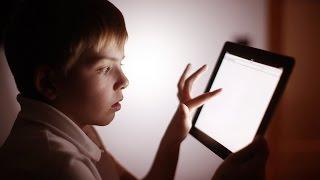 Niños utilizando tabletas y teléfonos móviles: peligrosa adicción