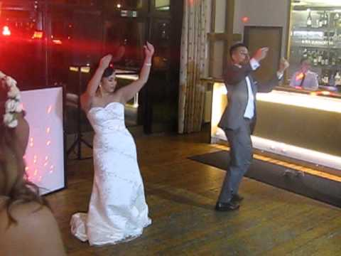 Sister and brother-in-law's surprise first wedding dance