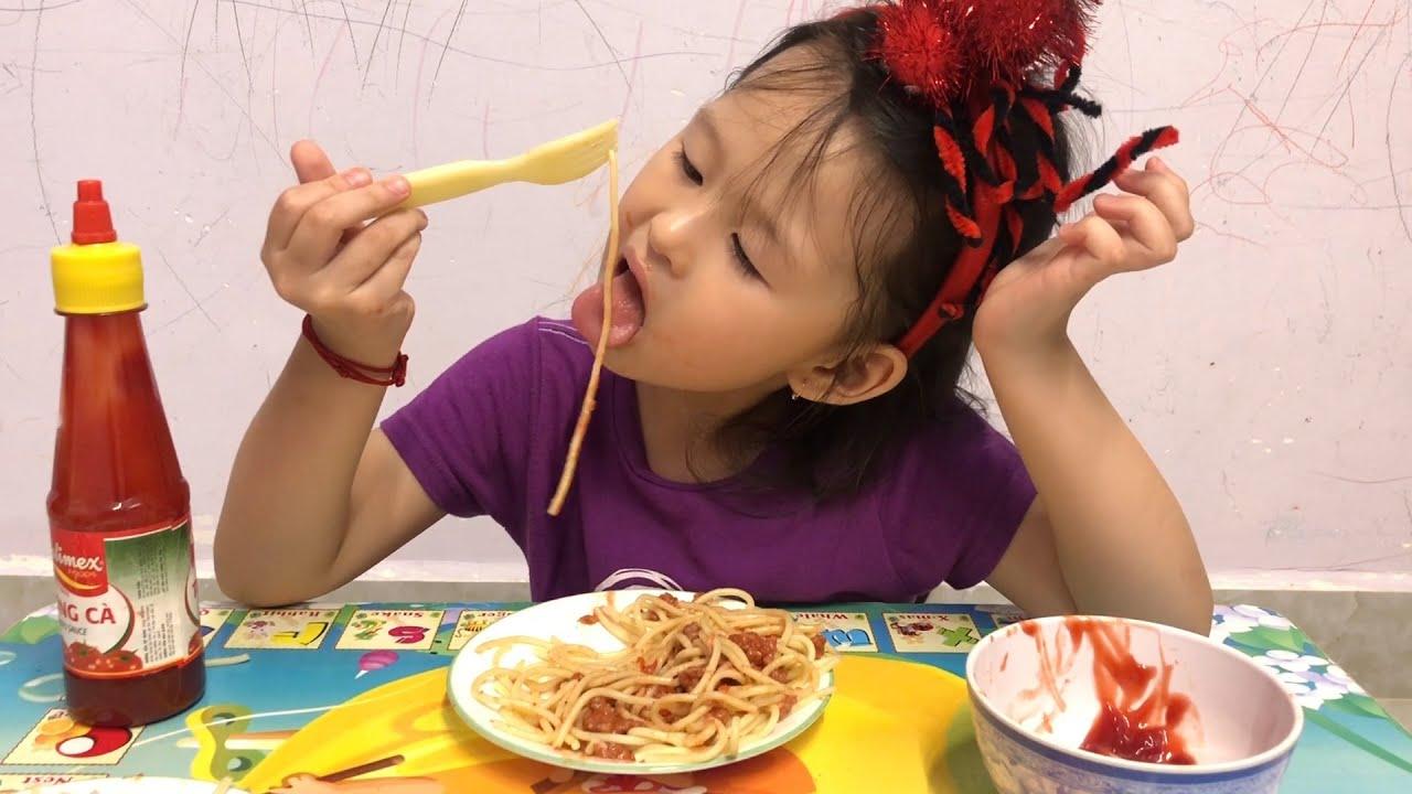 Mì spaghetti sốt bò bằm cà chua | Sóc thưởng thức bữa tối và cảm nhận
