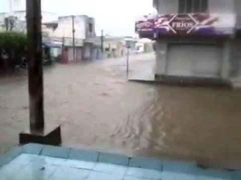 Centro de Pau dos Ferros fica alagado apos forte chuva