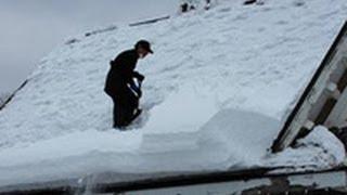 芦別市黄金町のカナディアンワールド公園で、園内の建物の雪下ろしが急...