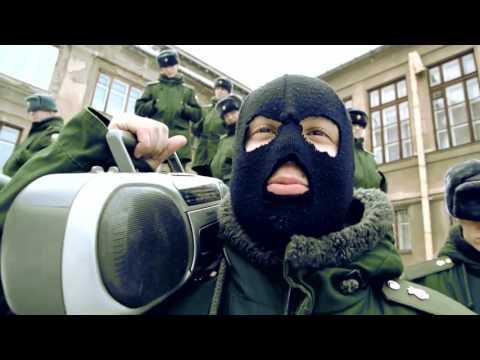 Ансамбль песни и пляски Центрального военного округа во дворе Окружного дома офицеров в Екатеринбурге.