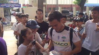 Văn Toàn và các cầu thủ HAGL được người hâm mộ thủ đô cuồng nhiệt vây kín tại SVĐ Hàng Đẫy