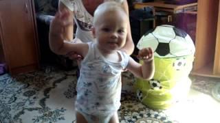 Первые_шаги_дома - ребенку 1 год 2 месяца(Первые шаги наш малыш начал делать только в 1 год и 2 месяца. Наверное, все родители малышей задают себе вопро..., 2014-09-29T10:05:02.000Z)