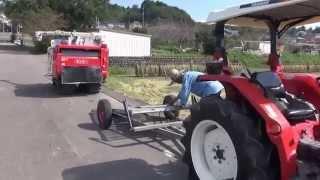 圃場を移動するため、コンバインをトレーラーに載せて移動します! 湿田...