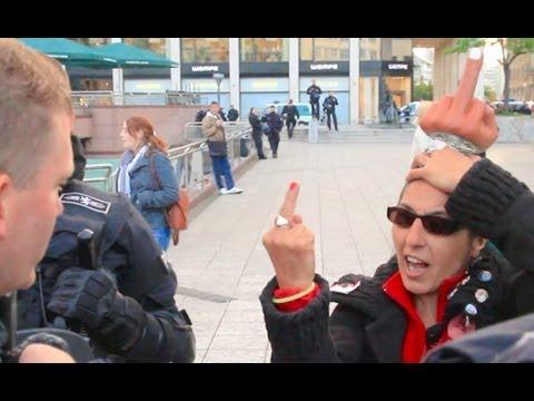 Krass, kein Fake: Frau zeigt Polizisten Stinkefinger -- Demo in Frankfurt
