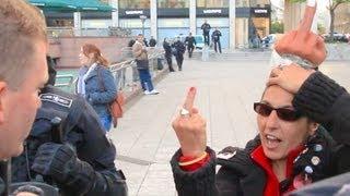 Krass: Frau zeigt Polizisten Stinkefinger -- Demo in Frankfurt