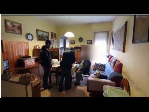 'Non ho soldi per la spesa' e chiama la polizia: gli agenti gli portano le provviste