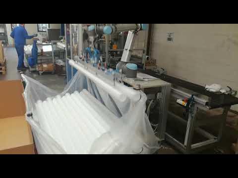 UNIVERSAL ROBOTS zum Verpacken von Kunststoffrohren inkl. Robotergreifer mit Vakuumsaugern