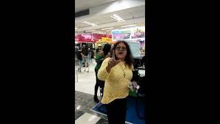 Mulher furiosa no carrefour